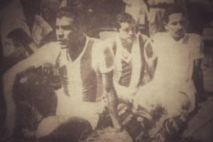 Fello Meza, Danilo Alfaro y un suplente del Cartaginés esperan sobre la grama del Estadio de Heredia la reanudación del partido en 1954, en choque valedero por el torneo de 1953, que fue suspendido al minuto 52 y nunca se completó.